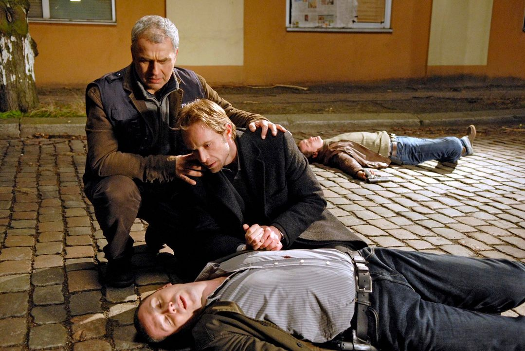 Philip (Julian Weigend, r.) und Paul (Hansa Czypionka, l.) eilen dem niedergeschossenen Benno (Denis Petkovic, vorne) zu Hilfe. - Bildquelle: Christoph Assmann Sat.1