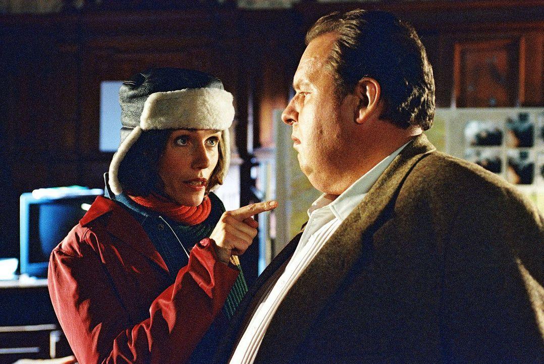 Hauptkommissarin Götze (Julia Bremermann, l.) fordert Benno (Ottfried Fischer, r.) auf, mit ihr auf Täterjagd zu gehen. - Bildquelle: Aki Pfeiffer Sat.1