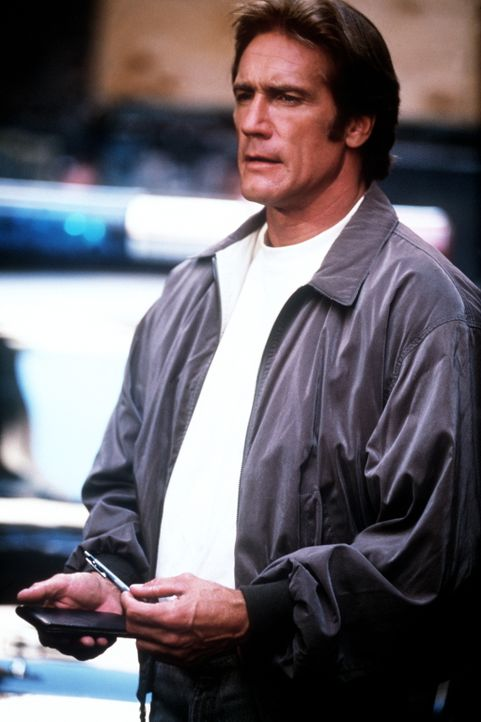 Steve (Barry Van Dyke) erscheint am Tatort. Ein wichtiger Zeuge wurde ermordet. - Bildquelle: Viacom