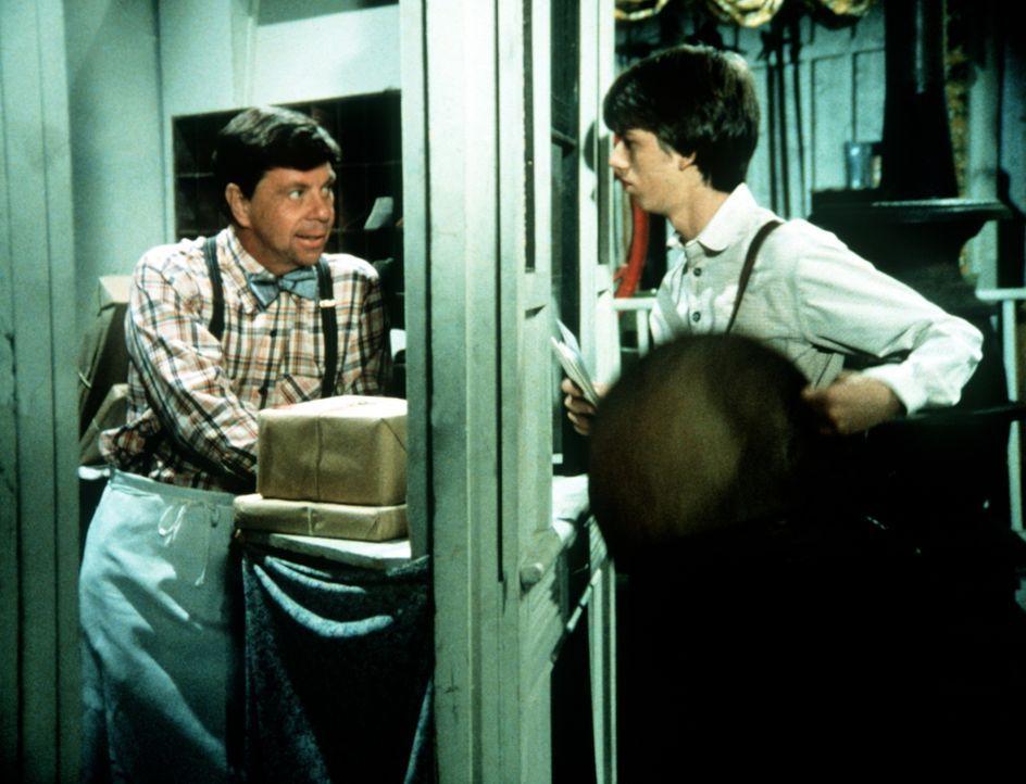 Ike (Joe Conley, l.) hat Jim Bob (David W. Harper, r.) als Postboten engagiert. - Bildquelle: WARNER BROS. INTERNATIONAL TELEVISION