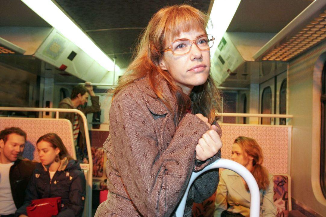Davids Liebesgeständnis lässt Lisa (Alexandra Neldel) in die S-Bahn flüchten, wo sie verzückt innehält. (Dieses Foto von Alexandra Neldel darf nur i... - Bildquelle: Noreen Flynn Sat.1