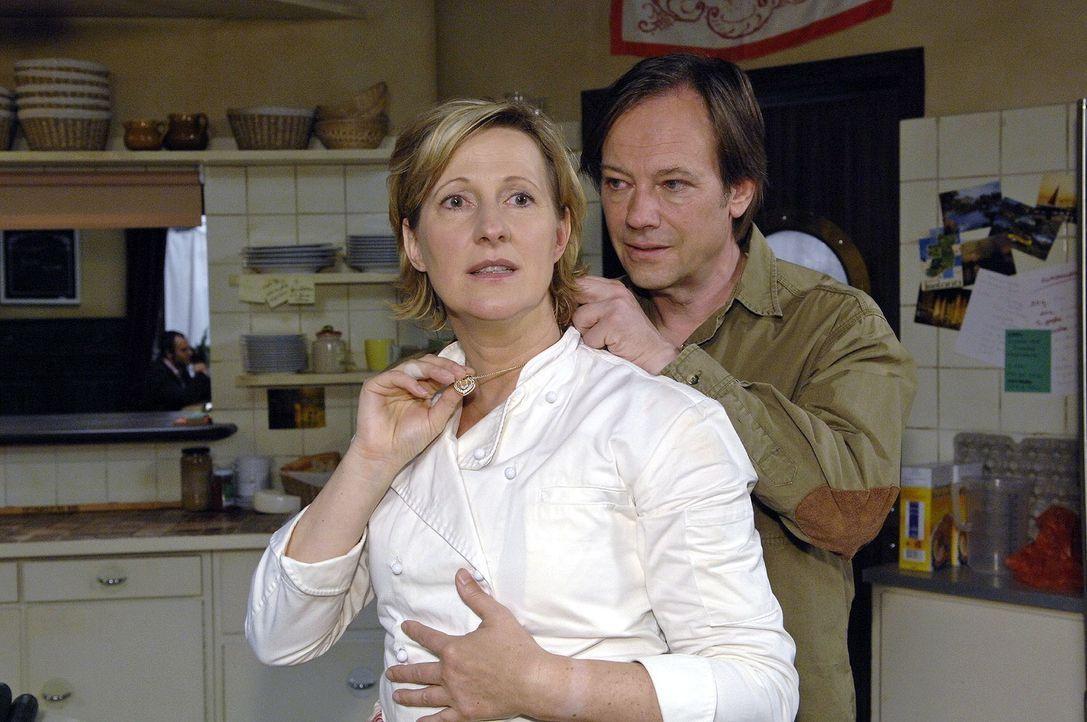 Armin (Rainer Will, r.) überrascht Susanne (Heike Jonca, l.) mit einer Goldkette - und macht ihr damit ein schlechtes Gewissen. - Bildquelle: Claudius Pflug Sat.1