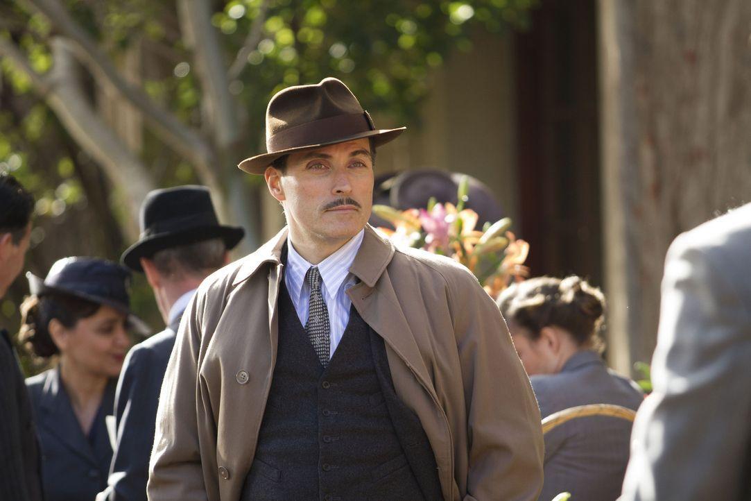 Nach dem Tod einer seiner Spione, macht sich Lucas Romer (Rufus Sewell) auf die Suche nach einem Ersatz und wird schnell fündig ... - Bildquelle: TM &   2012 BBC