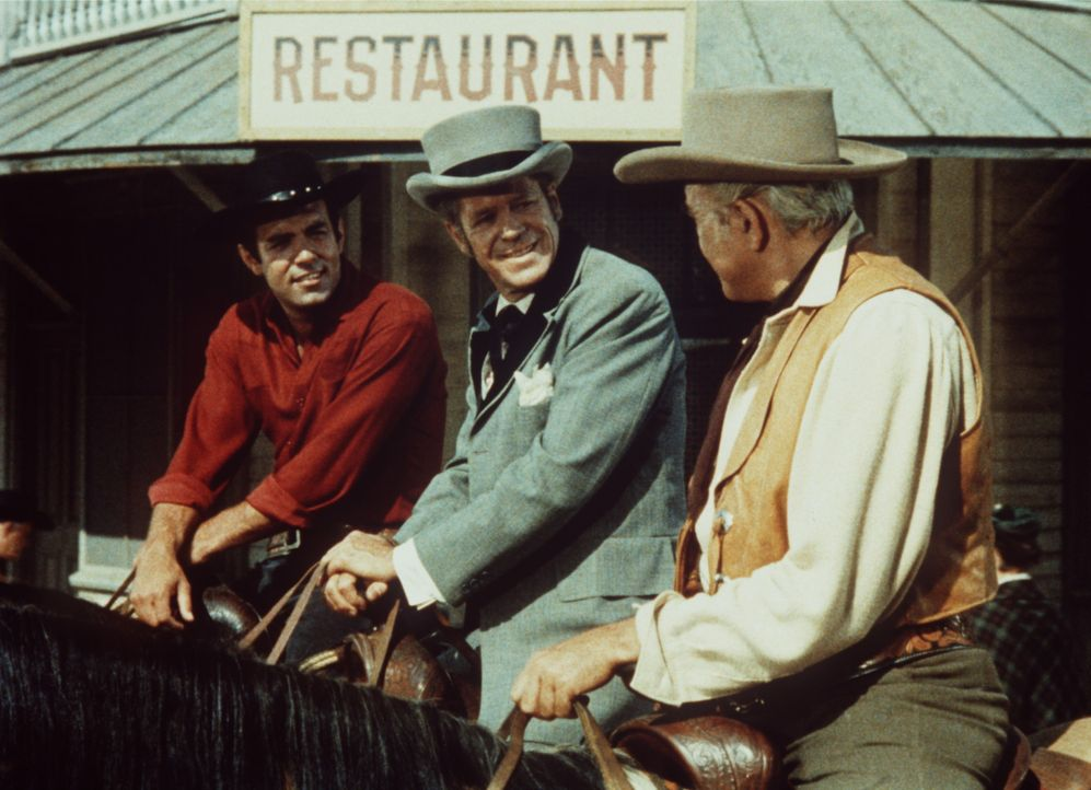 Ben Cartwright (Lorne Greene, r.) und sein Sohn Adam (Pernell Roberts, l.) begleiten den U.S. Marshal Esketh (Dan Duryea, M.) in die Stadt. - Bildquelle: Paramount Pictures
