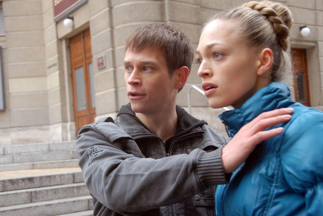 Kaum kommen sich Anna (Julie Engelbrecht, r.) und Tom (Vinzenz Kiefer, l.) näher, da sieht sich die begnadete Nachwuchstänzerin den offenkundigen Fe... - Bildquelle: Alfons Kowatsch SAT.1