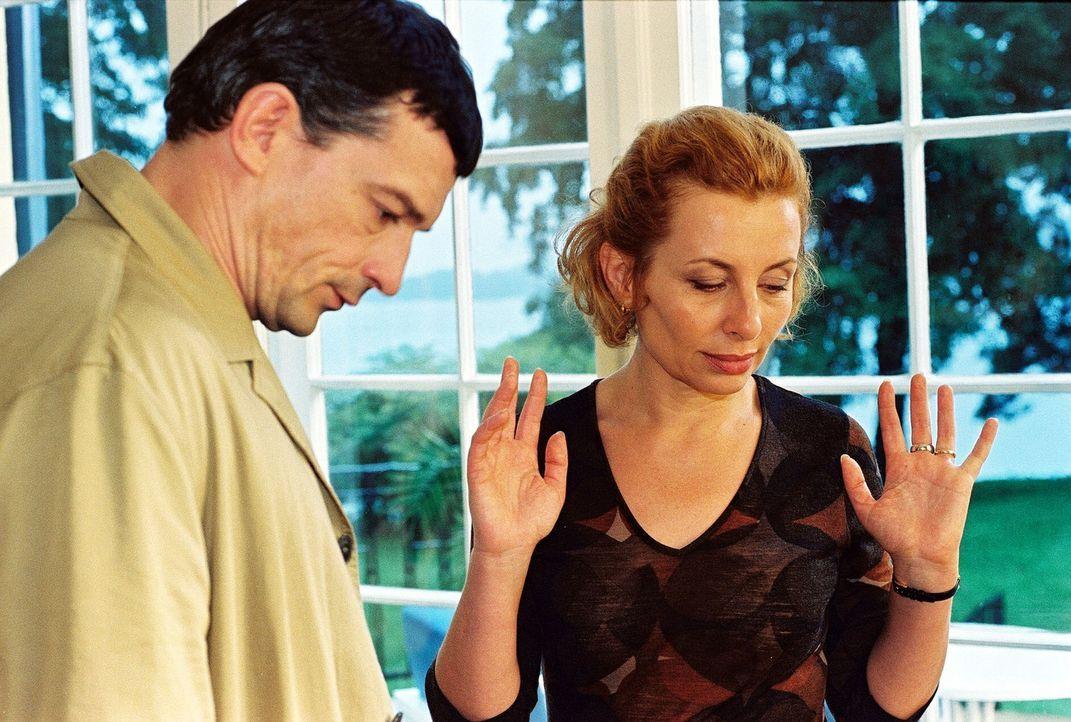 Camilla (Teresa Harder, r.) hat ihrem Mann Mario (Thomas Sarbacher, l.) etwas verschwiegen. - Bildquelle: Krumwiede Sat.1