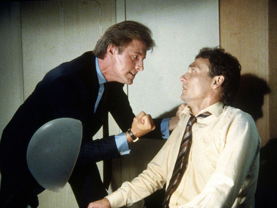 Ist Conrad (Stephen Davies, r.) wirklich der, der er zu sein scheint? Lee (Bruce Boxleitner) befragt ihn auf seine Weise. - Bildquelle: CBS Television