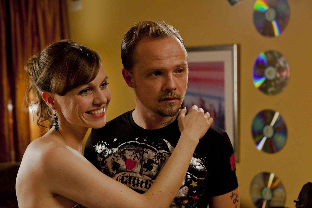 Zum Entsetzen von Danni, verliebt sich Bea (Nadja Becker, l.) über beide Ohren in den Halbkriminellen Dustin (Matthias Koeberlin, r.) ... - Bildquelle: Frank Dicks SAT.1