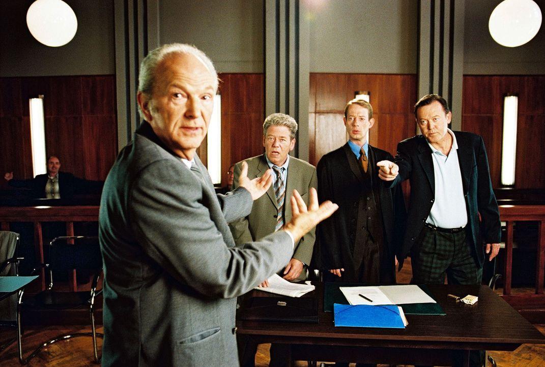 Der Buchhalter Fiebich (Michael Gwisdek, l.) bringt vor Gericht die gegnerische Seite in Aufruhr. Seine ehemaligen Chefs Jens Anselm (Dieter Okras,... - Bildquelle: Hardy Spitz Sat.1