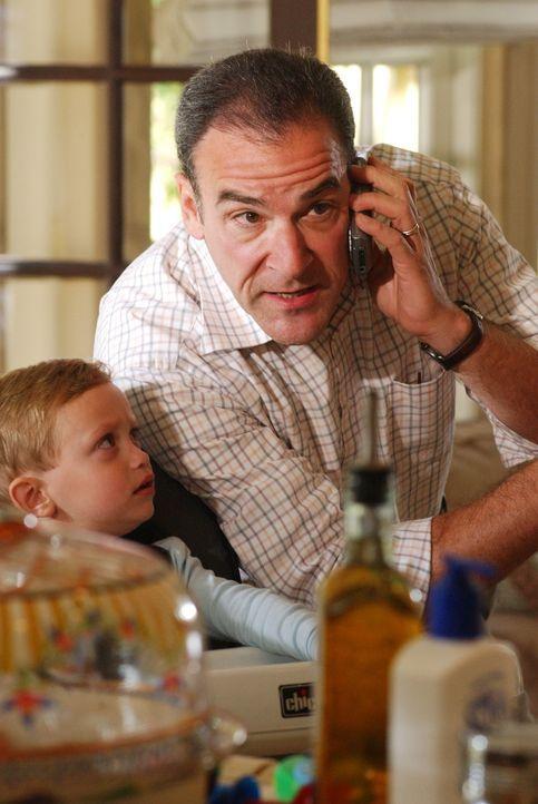 Während sich Elle Greenway um Shelly Hart kümmert, versucht Jason Gideon (Mandy Patinkin, r.) ihren Sohn zu beruhigen, der bei der Tat im Haus war .... - Bildquelle: Michael Yarish 2005 CBS BROADCASTING INC. All Rights Reserved.