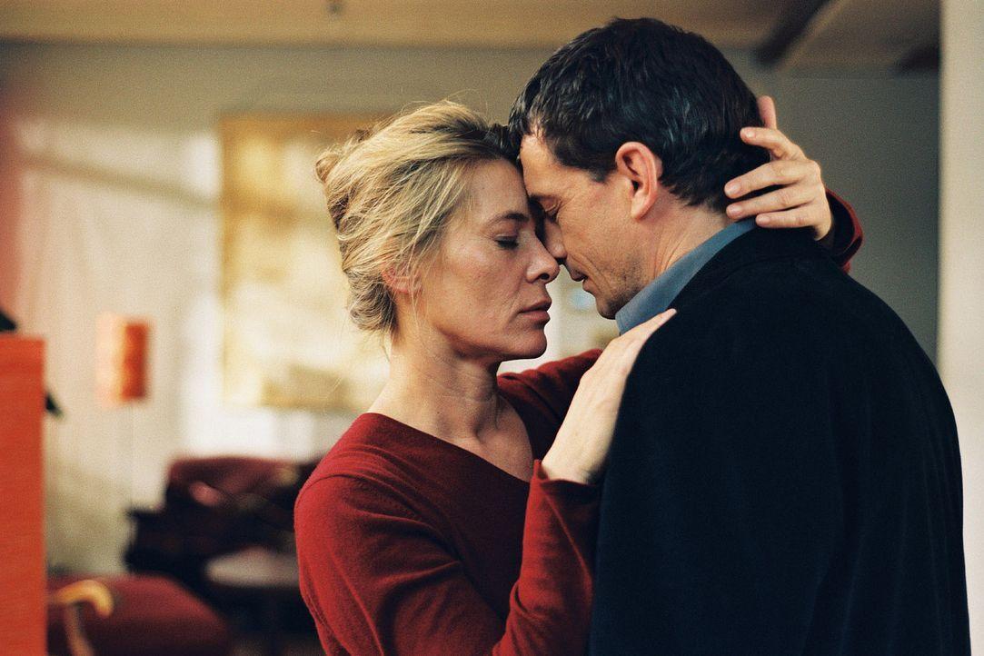 20 Jahre ist es her, plötzlich steht er wieder vor ihr: Jette Glücklich (Barbara Rudnik, l.) verliert die Fassung, als sie ihre große Liebe Mario (T... - Bildquelle: Krumwiede Sat.1