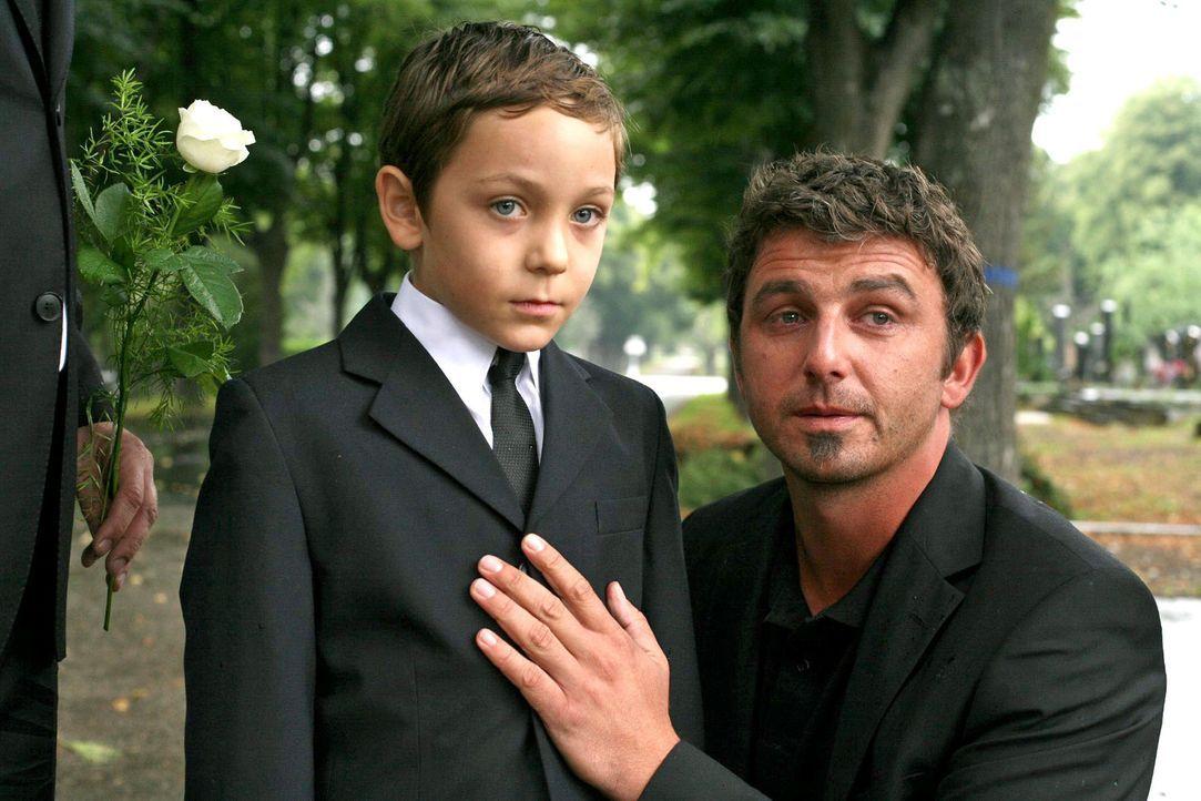 Felix Vogler (Hans Sigl, r.) verspricht seinem Sohn Adrian (Konstantin Reichmuth, l.), dass er alles unternehmen wird, damit sie zusammenbleiben kön... - Bildquelle: Petro Domenigg Sat.1