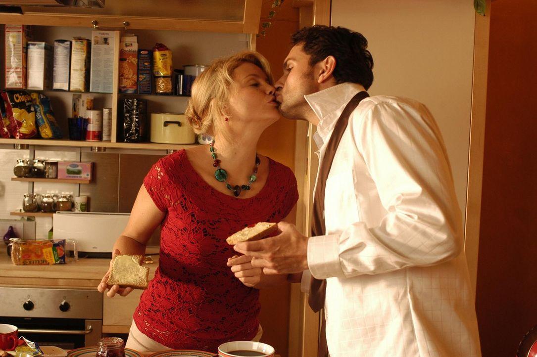 Zwischen Minza (Annette Frier, l.) und Philip (Simon Verhoeven, r.) läuft alles bestens. Doch dann kommt Philip eine scheinbar grandiose Idee ... - Bildquelle: Hans Seidenabel ProSieben