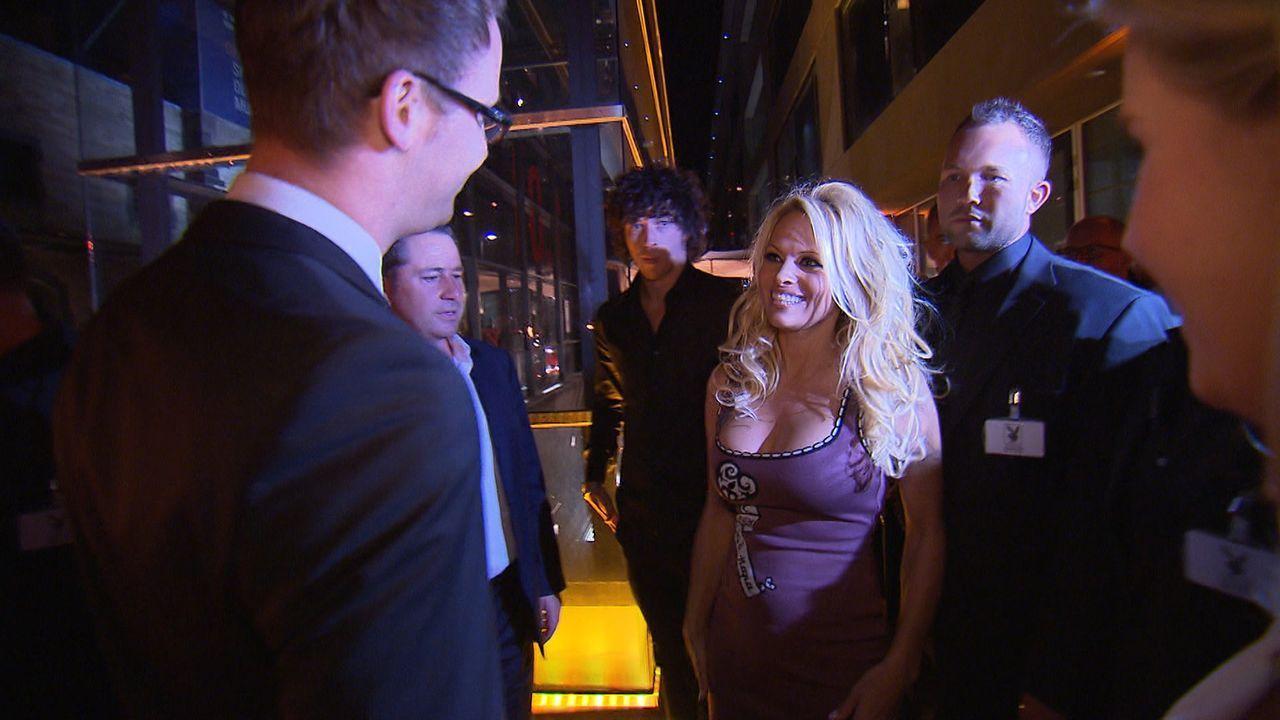 Im schicken Kölner Rheinauhafen entsteht der erste Playboy Club auf dem europäischen Festland. Vor der Eröffnungsparty mit Pamela Anderson (2.v.r.)... - Bildquelle: SAT.1