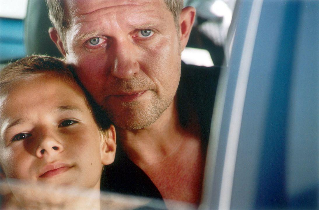 Wolfgang Neuberg (Harald Krassnitzer, r.) will seinen Adoptivsohn Tom (Marian Lösch, l.) nicht hergeben. - Bildquelle: Jiri Hanzl Sat.1