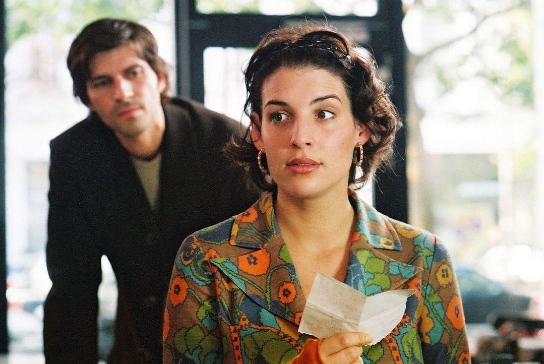 Als der attraktive Daniel Odenthal (Pasquale Aleardi, l.) die Anzeigenannahme der Zeitung betritt, bleibt Annabelle (Elena Uhlig, r.) fast das Herz... - Bildquelle: Gordon Mühle Sat.1