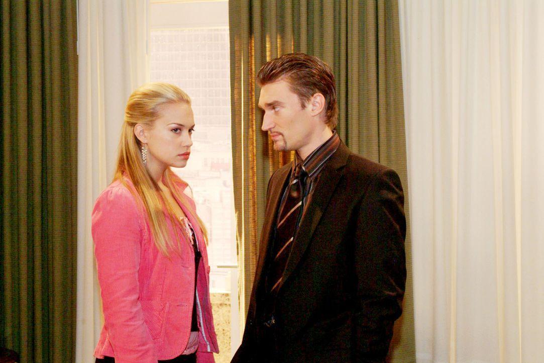 Kim (Lara-Isabelle Rentinck, l.) ist enttäuscht über Richards (Karim Köster, r.) eiskalte Abfuhr - ist er schließlich nicht nur Davids, sondern auch... - Bildquelle: Monika Schürle Sat.1