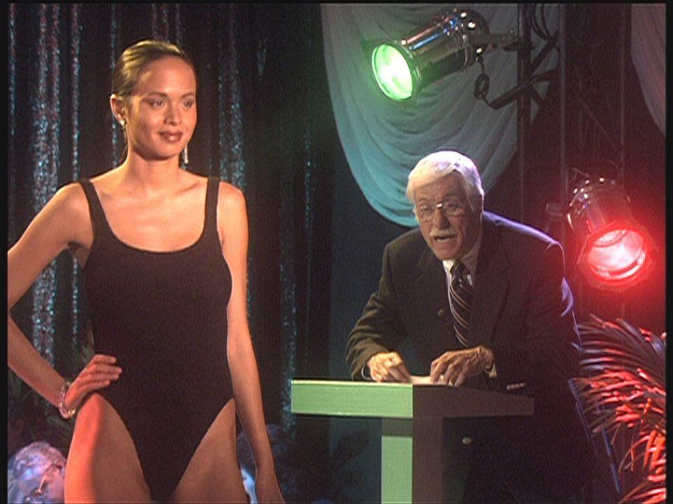 Mark (Dick Van Dyke, r.) moderiert eine Modenschau, wobei er allerdings durch die knapp bekleideten Models ein wenig aus dem Konzept gebracht wird. - Bildquelle: Viacom