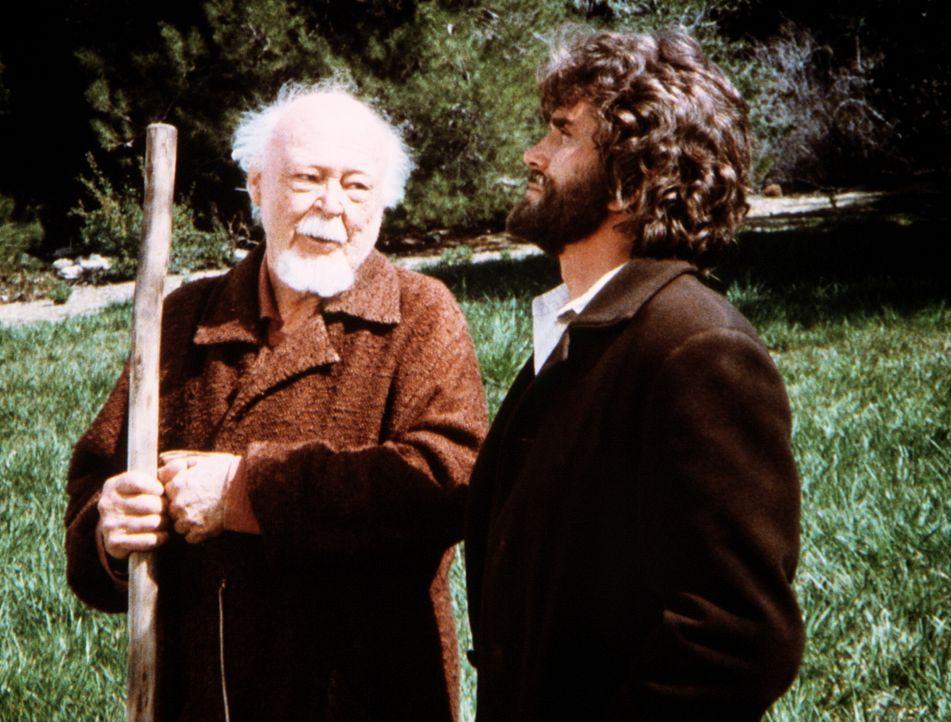 Charles (Michael Landon, r.) erhält Besuch von einem alten, weisen Mann (Don Beddoe, l.). - Bildquelle: Worldvision