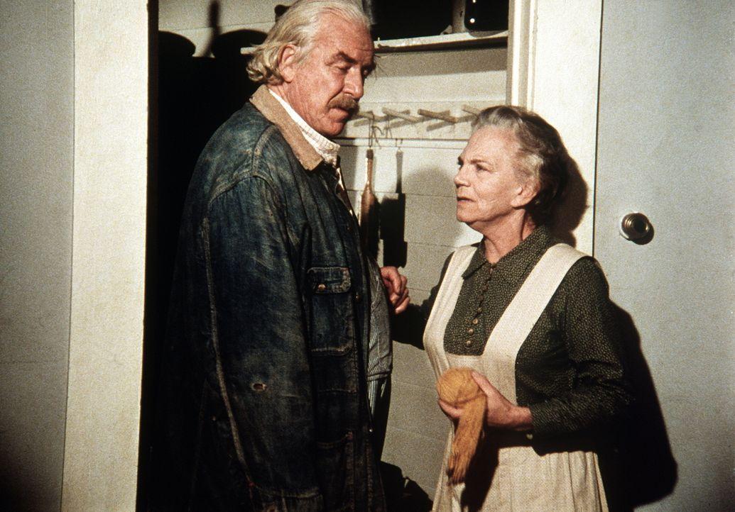 Sam Walton (Will Geer, l.) und seine Frau Ester (Ellen Corby, r.) glauben, man wolle sie aufs Altenteil abschieben und verlassen empört das Haus der... - Bildquelle: WARNER BROS. INTERNATIONAL TELEVISION
