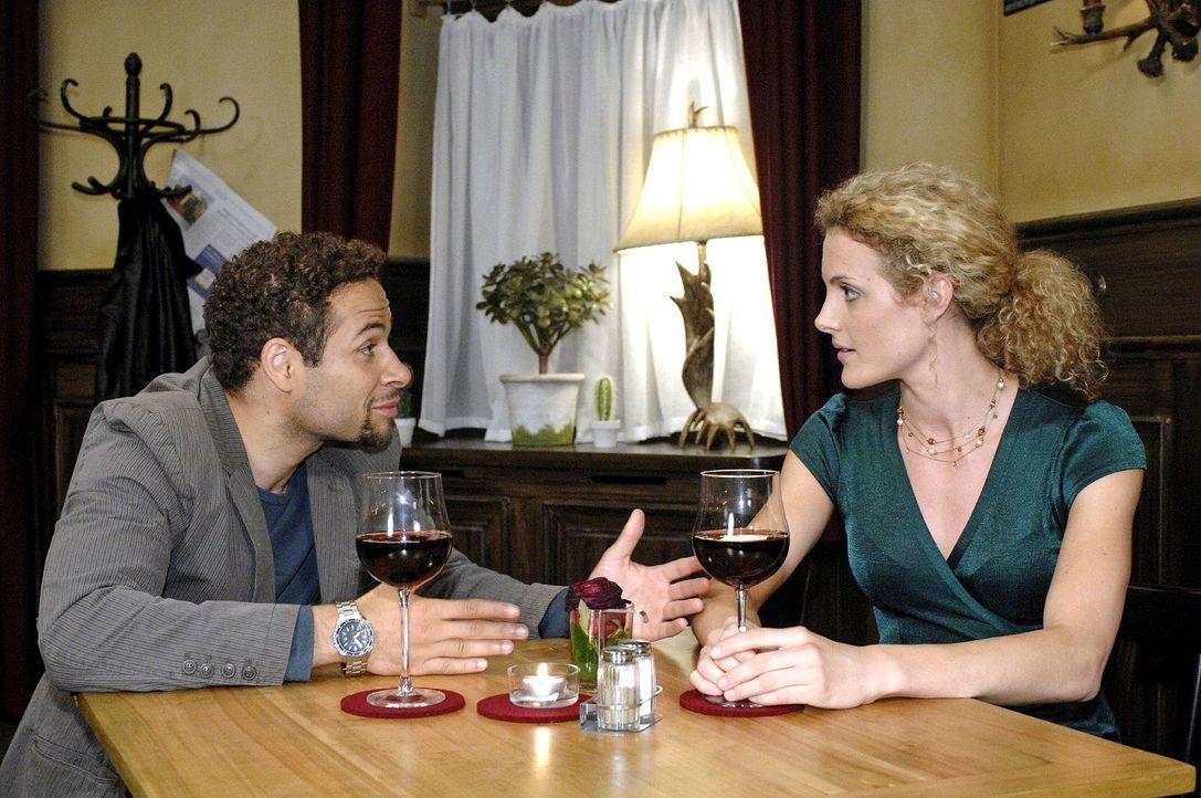 Maja (Barbara Lanz, r.) beklagt sich bei Jannick (Mike Adler, l.) - sie sieht nicht ein, dass sie unter den Eheproblemen der Brodas leiden soll. - Bildquelle: Oliver Ziebe Sat.1
