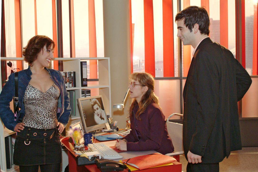 Als David (Mathis Künzler, r.) erscheint, beginnt Yvonne (Bärbel Schleker, l.) sofort an zu flirten - sehr zum Missfallen von Lisa (Alexandra Neldel... - Bildquelle: Monika Schürle Sat.1