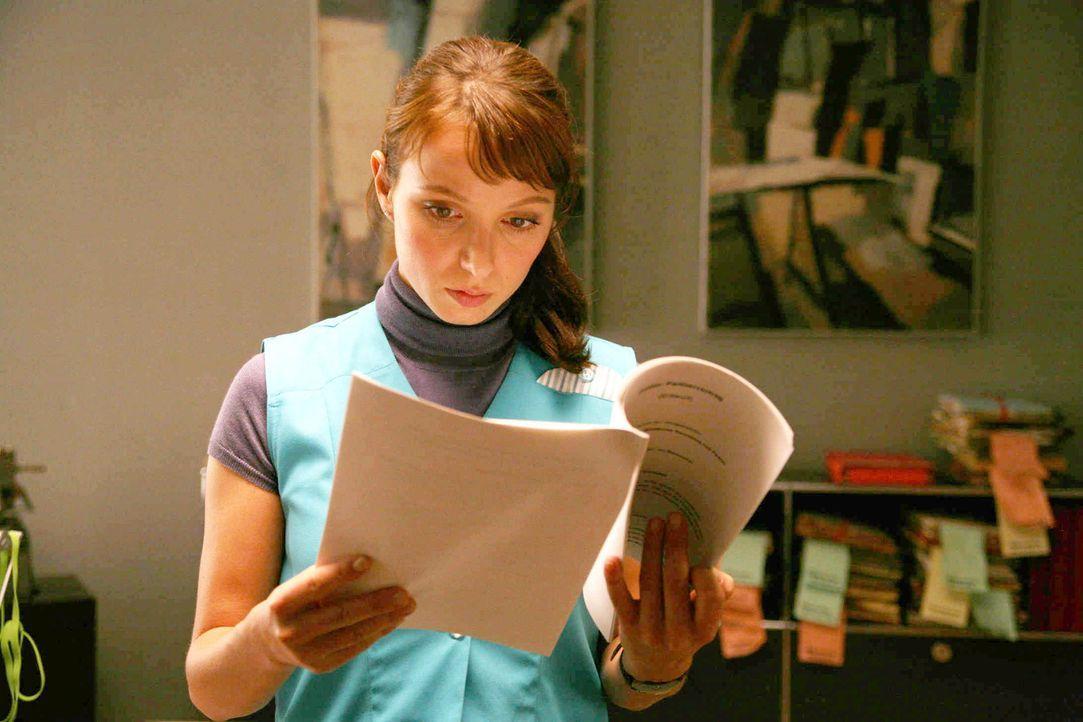 Als Putzfrau muss Anwältin Maja (Julia Koschitz) in ihrer Kanzlei nach Beweisen für ihre Unschuld suchen - und stößt auf Unterlagen, die auf ein gan... - Bildquelle: Volker Roloff ProSieben