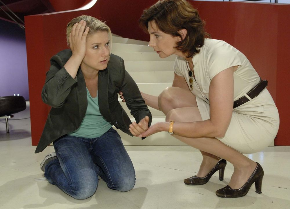 Steffi (Karin Kienzer, r.) macht sich Sorgen um Anna (Jeanette Biedermann, l.), aber die will Gerrits Angriff nicht an die große Glocke hängen. - Bildquelle: Claudius Pflug Sat.1