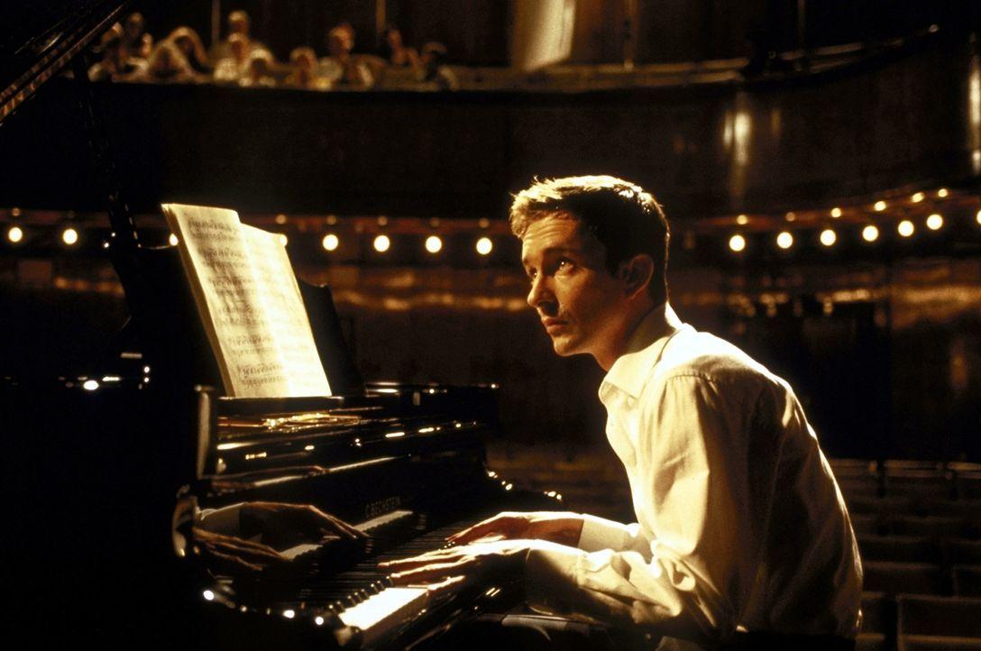 Seine Schüchternheit macht ihm schwer zu schaffen, doch dann verliert der sensible Pianist Alyoscha (Arnd Klawitter) sein Herz an die lebenslustige... - Bildquelle: Volker Rohloff ProSieben