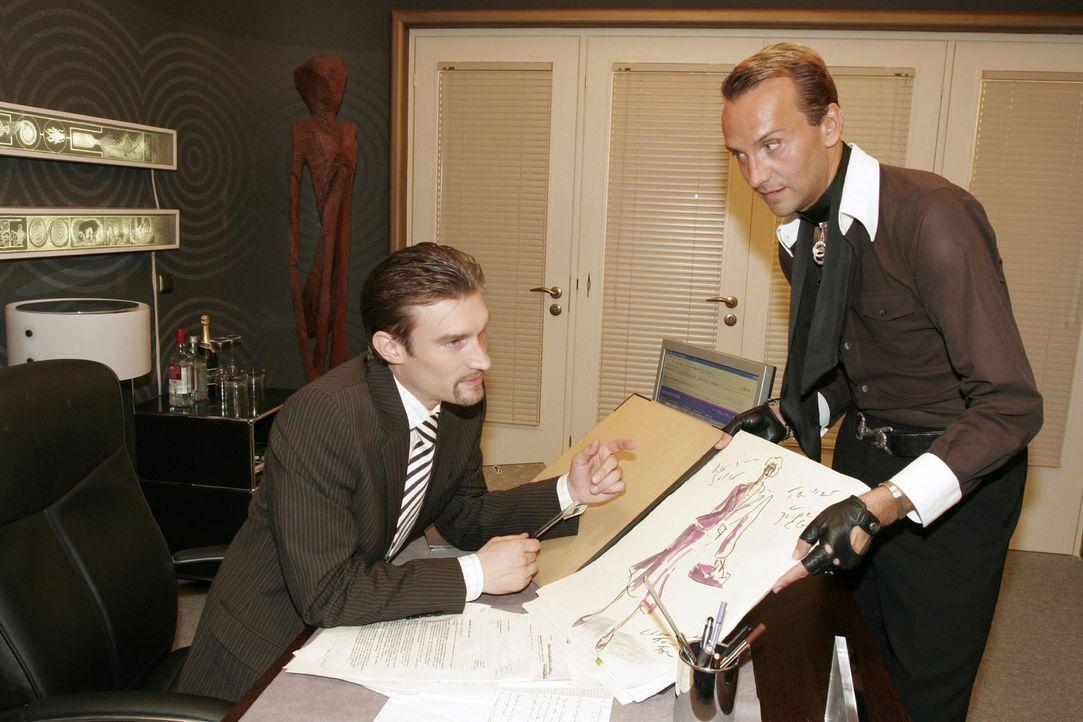 Hugo (Hubertus Regout, r.) legt Richard (Karim Köster, l.) neue Entwürfe vor - und ist sich sicher, dass diese gefallen. - Bildquelle: Noreen Flynn Sat.1