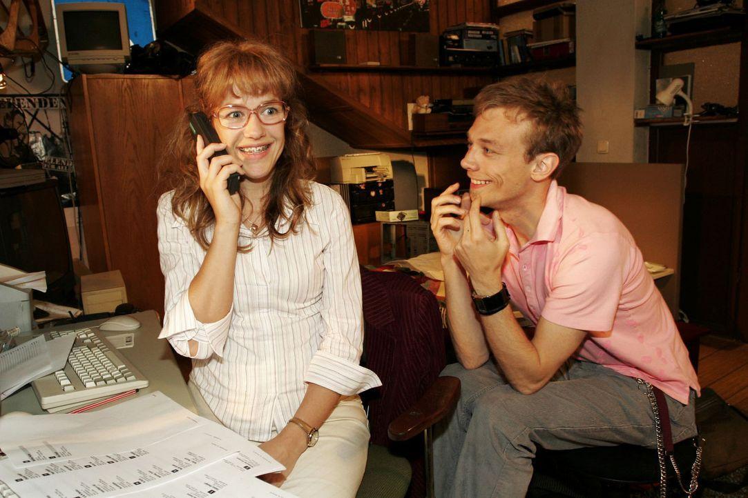 Lisa (Alexandra Neldel, l.) und Jürgen (Oliver Bokern, r.) haben Großes mit B.STYLE vor und proben schon einmal das perfekte Geschäftstelefonat. (Di... - Bildquelle: Noreen Flynn Sat.1