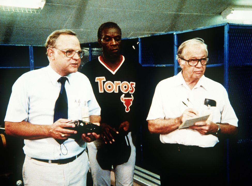 """Die """"Toros"""" sind dank Ted Tilly (Moses Gunn, M.) wieder im Kommen und werden deshalb von Reportern der Sportpresse ständig umlagert. - Bildquelle: Worldvision Enterprises, Inc."""
