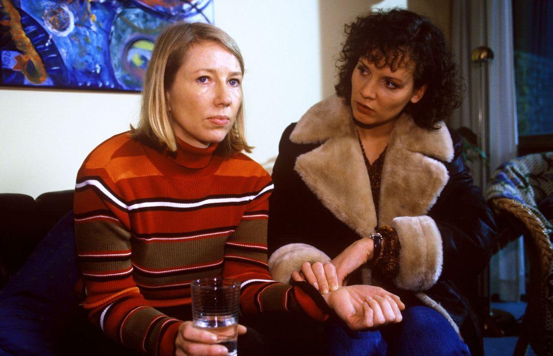 Stefanny (Julia Hentschel, r.) versucht, Frau Kladen (Petra Zieser, l.) sanft mitzuteilen, dass die Operation von Leo Kladen verschoben werden muss.... - Bildquelle: Noreen Flynn Sat.1