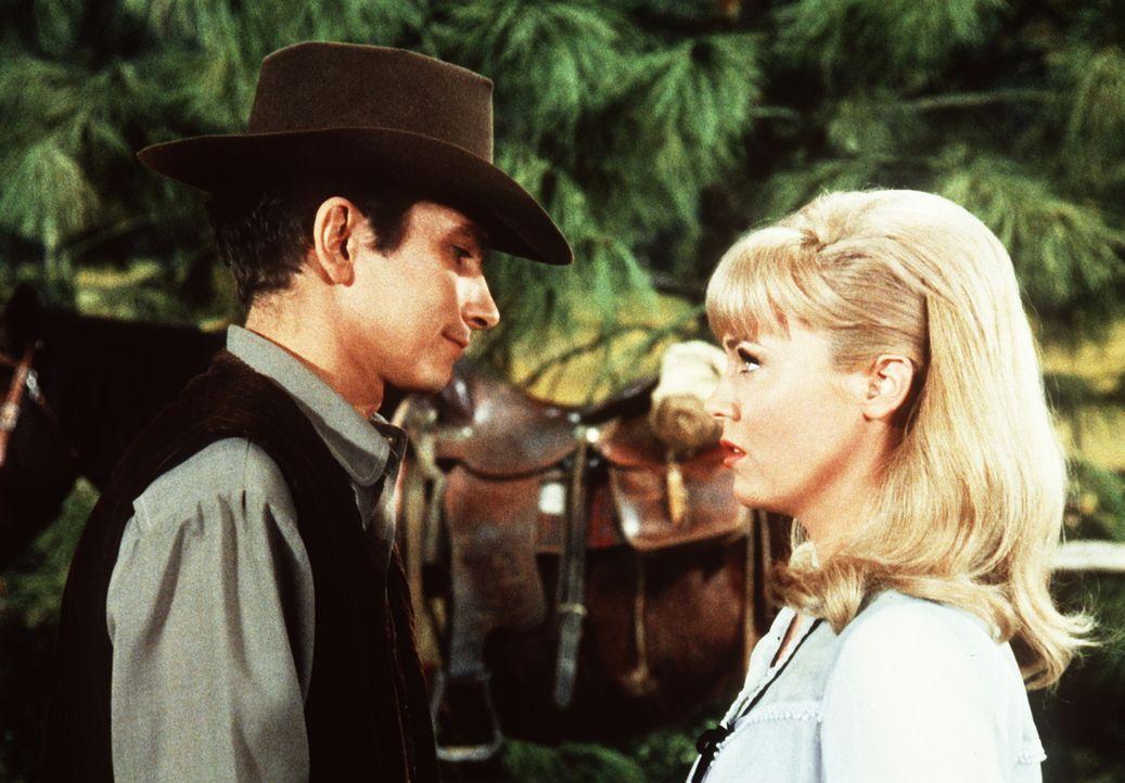 Aaron (Richard Evans, l.) begegnet Jennifer (Linda Foster, r.) auf der Ponderosa und verliebt sich in sie. - Bildquelle: Paramount Pictures