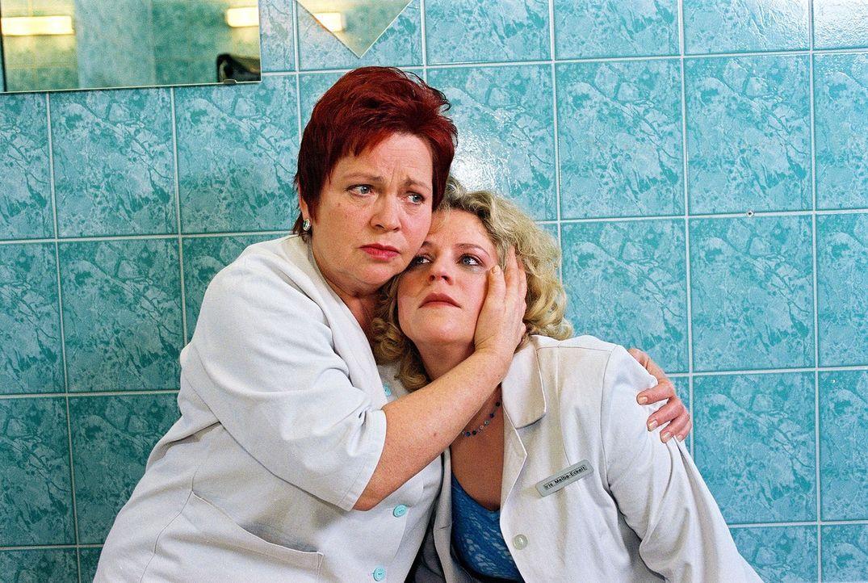 Klara (Walfriede Schmitt, l.) findet die völlig verzweifelte Iris (Christiane Brammer, r.), die erfahren hat, dass sie an Brustkrebs erkrankt ist. - Bildquelle: Noreen Flynn Sat.1