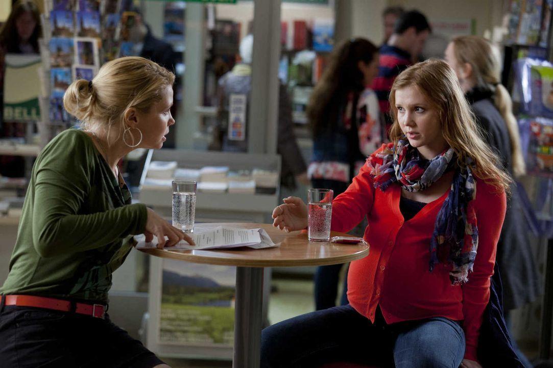 Die 19-jährige Larissa Plate (Isolda Dychauk, r.) ist hochschwanger und trägt als Leihmutter das Kind von Familie Zöller aus - die wollen das Baby a... - Bildquelle: Frank Dicks SAT.1