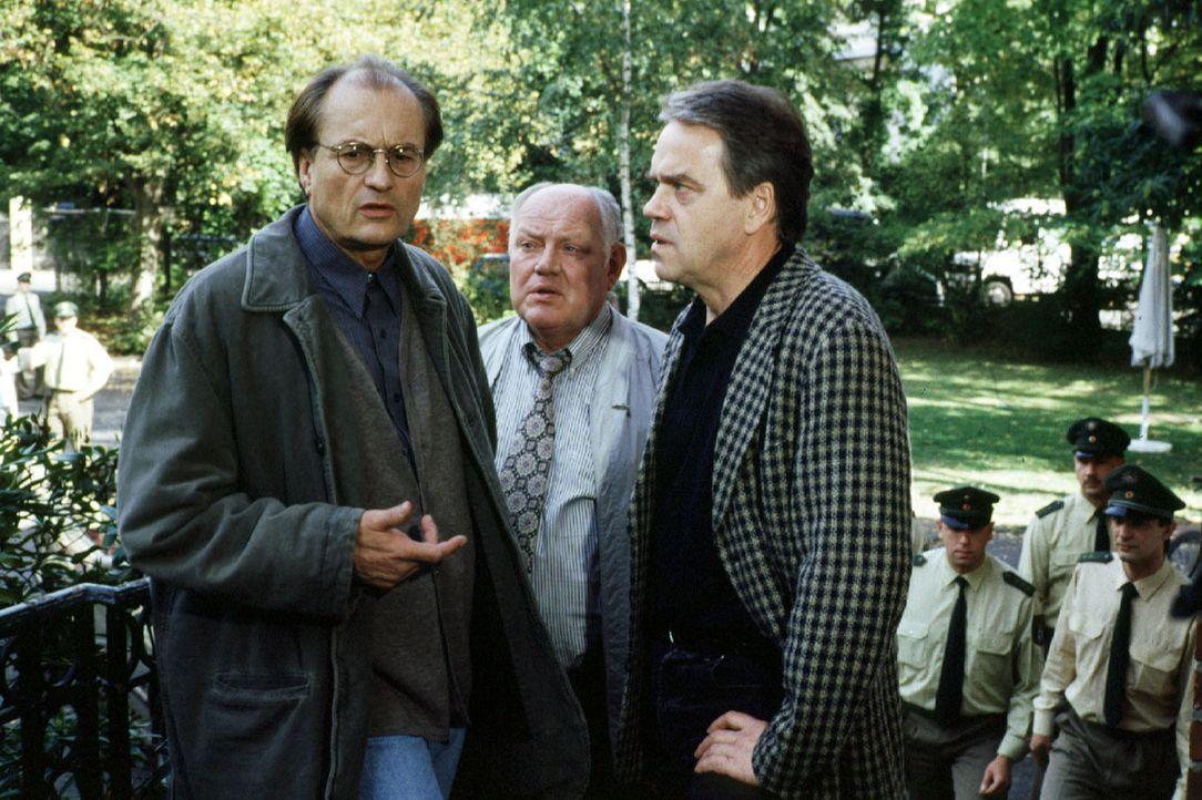 Dr. Brühlinger (Dietrich Mattausch, l.) ist ein wichtiger Belastungszeuge im Mordprozess gegen Karl Schmitt. Gleichzeitig hat er aber selbst große... - Bildquelle: Alfred Raschke Sat.1