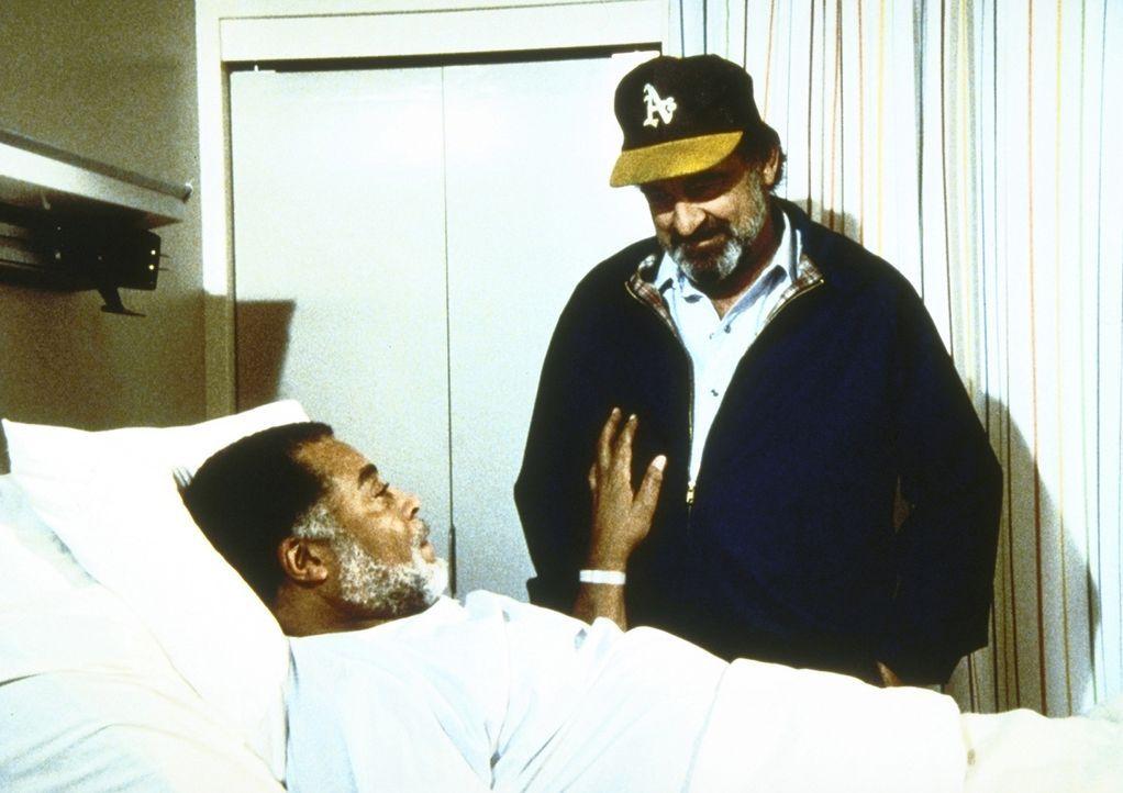 Gabe (James Earl Jones, l.), der eine Herzattacke erlitten hat, bittet Mark (Victor French, r.), ihn so schnell wie möglich aus dem Krankenhaus hera... - Bildquelle: Worldvision Enterprises, Inc.