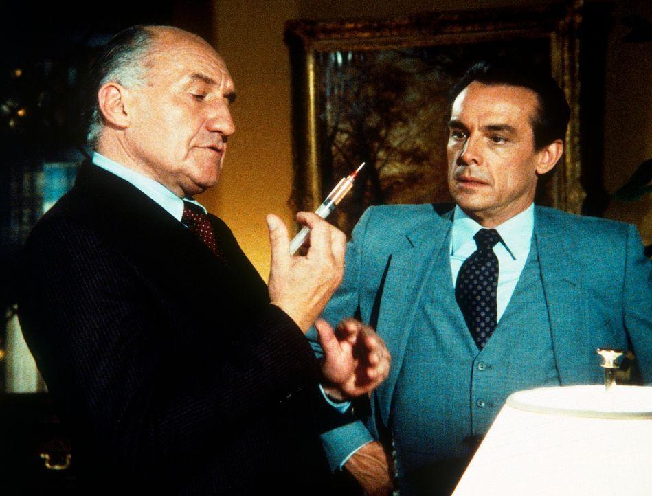 Hollander (Walter Gotell, l.), ein Ostblock-Spion, erpresst seinen Kollegen Lee durch die Injektion eines Nervengifts. James Delano (Paul Shenar, r.... - Bildquelle: CBS Television