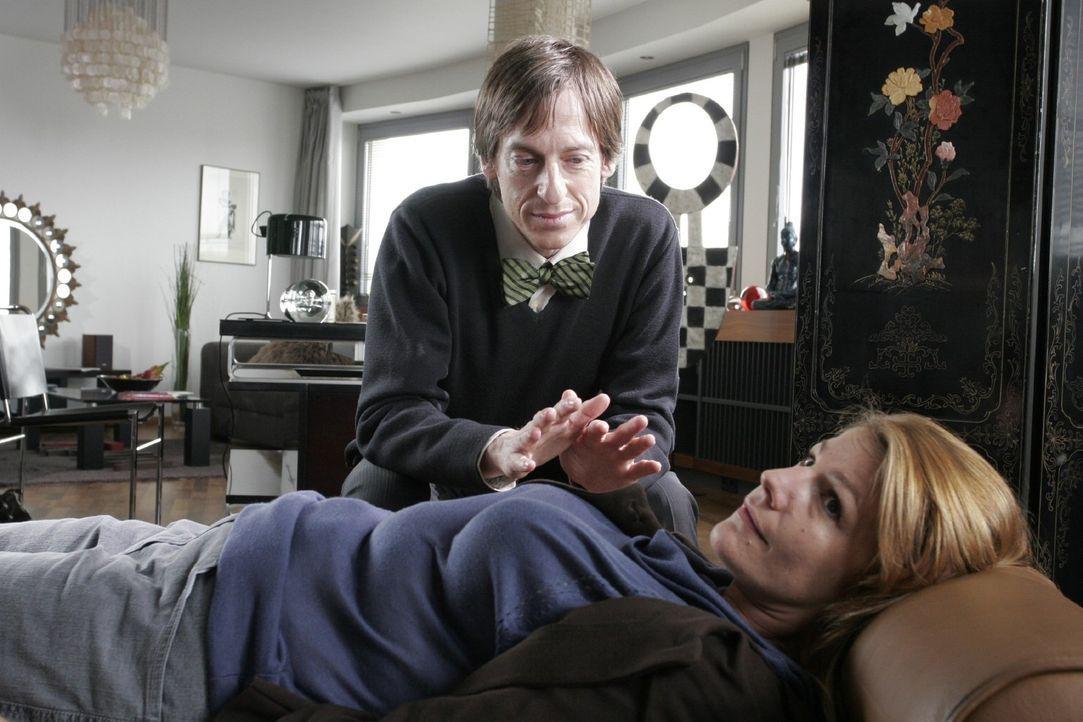 Dette (Sophie Schütt, r.) hofft, durch die Hypnose endlich schlank zu werden, und lässt sich von dem Hypnotiseur (Christian Wittmann, l.) in Trance... - Bildquelle: Noreen Flynn Sat.1