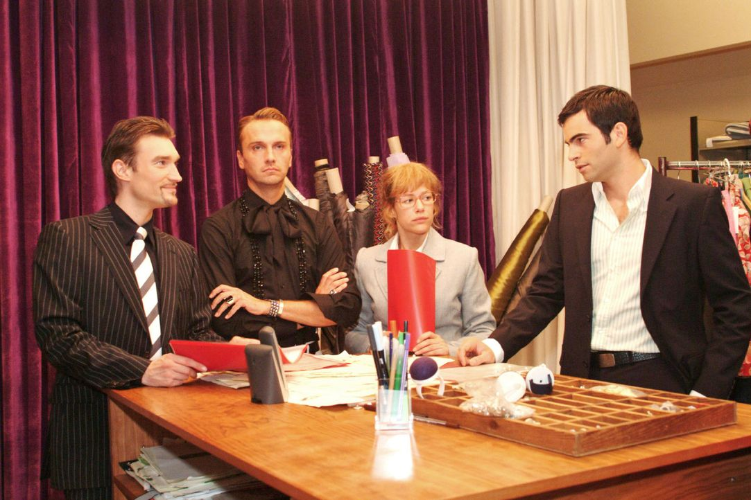 Lisa (Alexandra Neldel, 2.v.r.) versucht Richard (Karim Köster, l.) und David (Mathis Künzler, r.) - auch im Sinne von Hugo (Hubertus Regout, 2.v.l.... - Bildquelle: Monika Schürle Sat.1