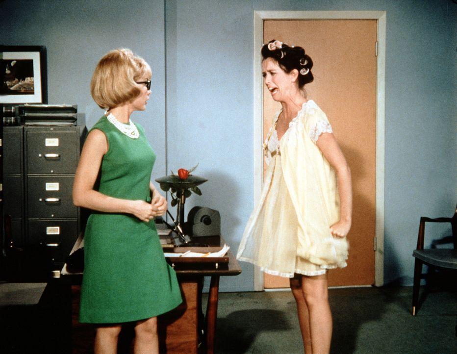 Jeannie (Barbara Eden, l.) versucht mit allen Tricks, Susie (Eileen O'Neill, r.), die neue Sekretärin von General Peterson, aus ihrer Stellung zu ve... - Bildquelle: Columbia Pictures