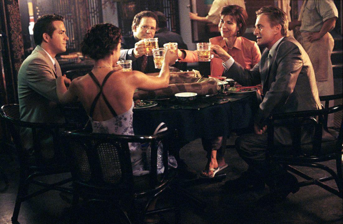Ein gemütliches Essen: (v.l.n.r.) Mark (Ryan Reynolds), Melissa (Lindsay Sloane), Jerry (Albert Brooks),  Katherine (Maria Ricossa) und Steve (Micha... - Bildquelle: Warner Bros.