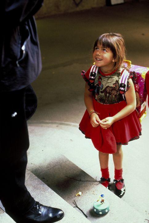 Wer hat Angst vorm Schwarzen Mann? Von einer süßen Spieluhr geködert, lässt sich die kleine Nina (Sophie Pflügler) mit ihrem Mörder ein ... - Bildquelle: Peter Raider ProSieben