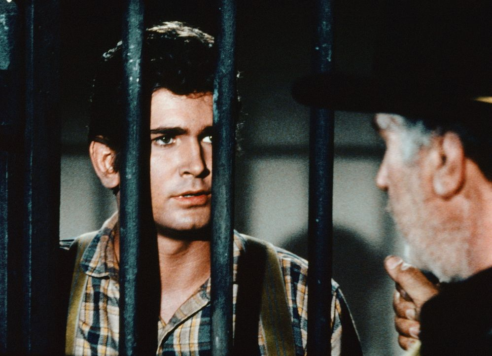 Während einer Reise wird Little Joe (Michael Landon) von einem Deserteur, der des Mordes angeklagt ist, überfallen. Der Mann macht sich die Ähnlichk... - Bildquelle: Paramount Pictures