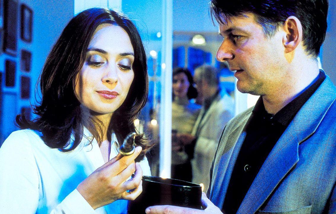 Um Andrea (Julia Richter, l.) endlich zu ihrem Traummann zu verhelfen, schenkt ihr Uwe (Max Herbrechter, r.) einen afrikanischen Glücksbringer. Und... - Bildquelle: Krumwiede / Muehle ProSieben