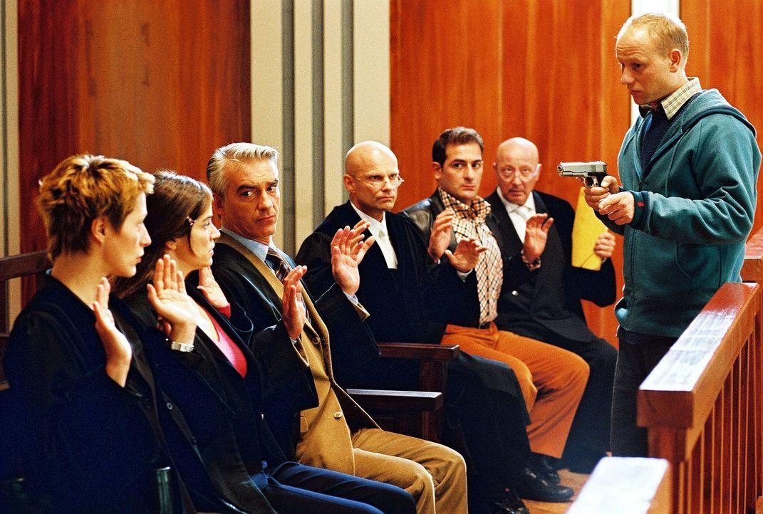 Tumult im Gerichtssaal: Mit einer Pistole hält Stefan Pelzer (Bernd-Michael Lade, r.) Patricia (Barbara Demmer, l.), Sandra (Rebecca Immanuel, 2.v.l... - Bildquelle: Hardy Spitz Sat.1