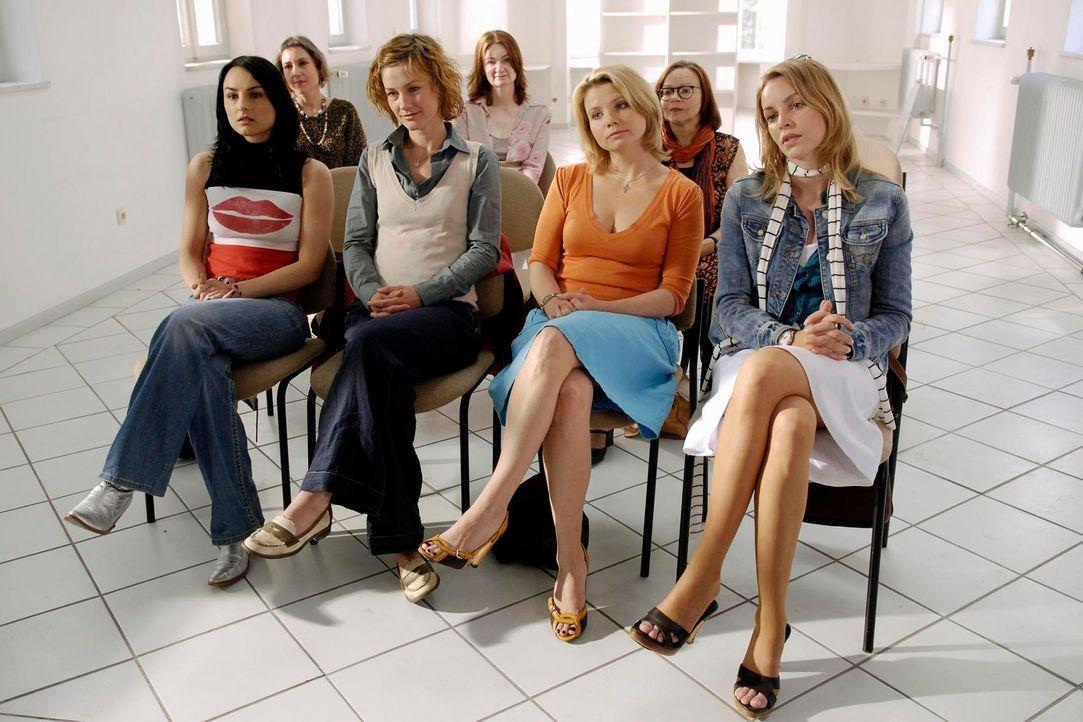 Die vier Freundinnen (v.l.n.r.) Frenzy (Miranda Leonhardt), Valerie (Rhea Harder), Minza (Annette Frier) und Edda (Simone Hanselmann) besuchen ein S... - Bildquelle: Marco Nagel ProSieben