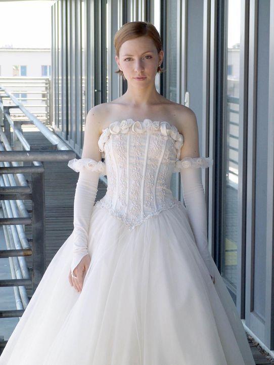 Um die Zuneigung ihrer Schwiegermutter zu gewinnen, lässt sich Rebecca (Katharina Schüttler) sogar überreden, deren Brautkleid zu tragen. Doch dann... - Bildquelle: Volker Roloff ProSieben