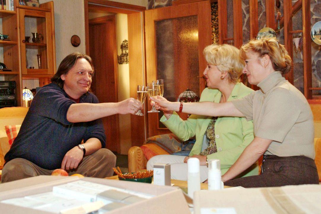Bernd (Volker Herold, l.), Traudel (Gabriele Metzger, M.) und Helga (Ulrike Mai, r.) stoßen begeistert auf Helgas erste Verkaufserfolge an. - Bildquelle: Monika Schürle Sat.1